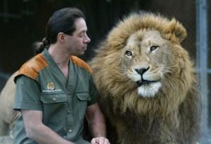 Craig-and-his-cats-craig-busch-the-lionman-12265854-604-415